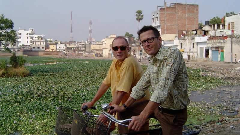 The musician Hans Koch (left) and the visual artist Urs Aeschbach (right) and Robert Cavegn (not shown in this picture) lived as artists in residence in the studios of the Kriti Gallery in Varanasi, India.